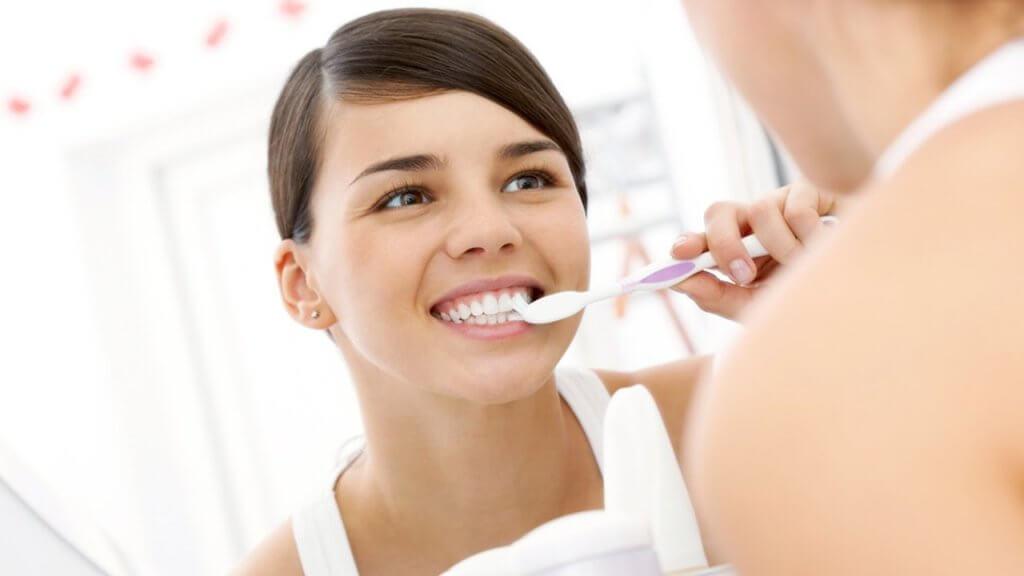 Стоит с осторожностью использовать отбеливающие зубные пасты