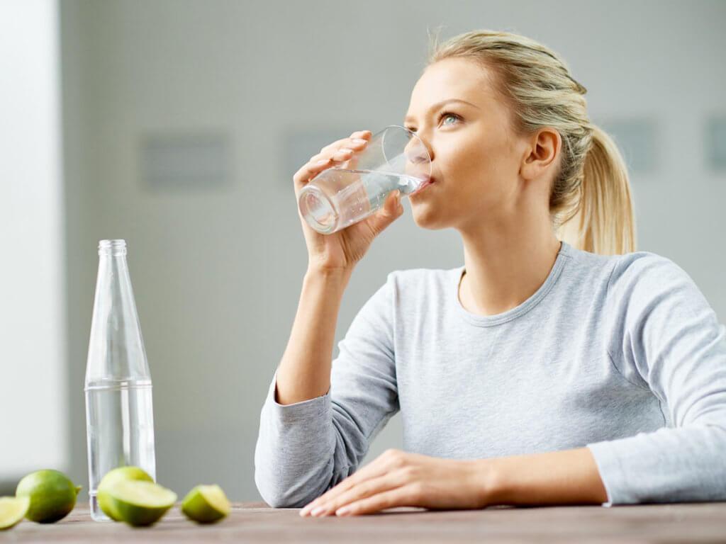 Не забывайте пить воду, чтобы избавиться от неприятного запаха изо рта