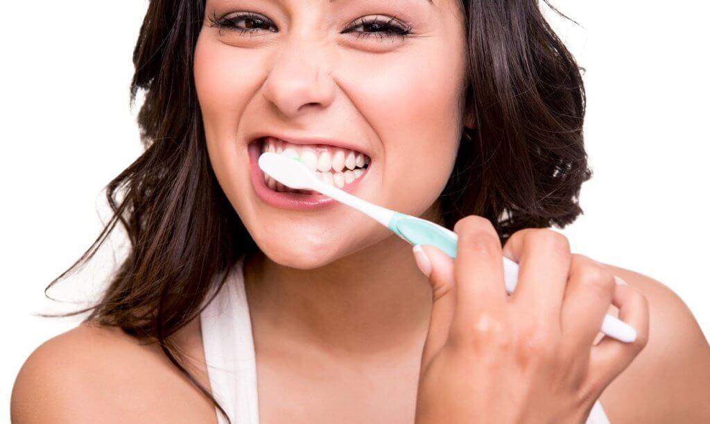 Усердная чистка зубов может повлечь за собой кровоточивость десен