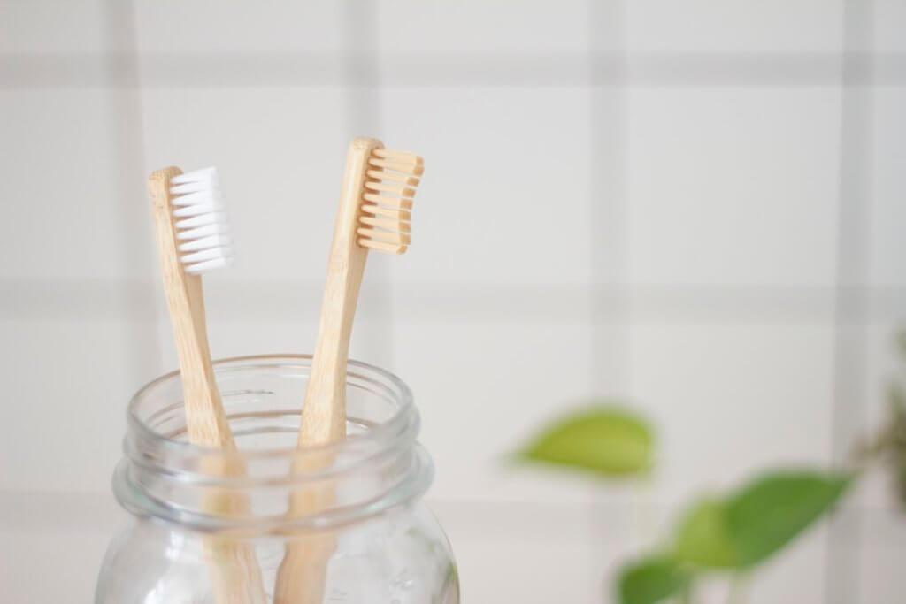 У зубных щеток есть несколько видов жесткости: sensitive, soft, medium, hard.